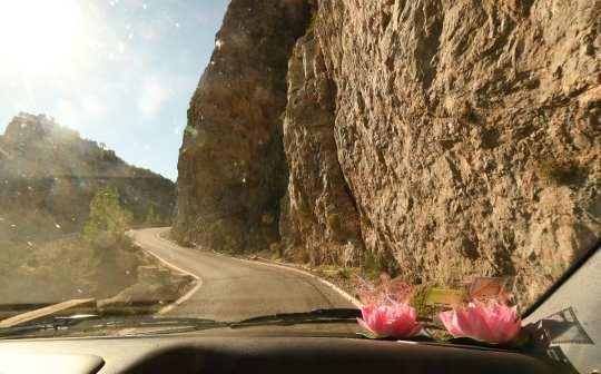 Straße entlang von Felswänden