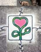 Rosa Herz auf grauer Wand