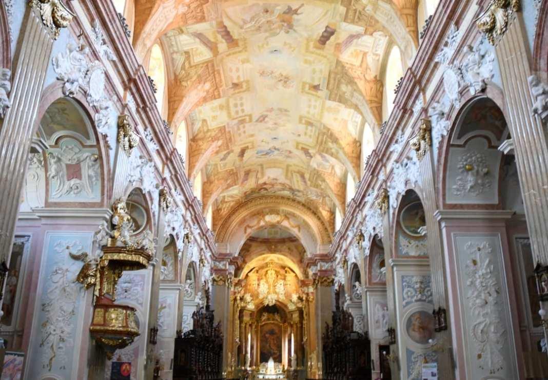 Kirche mit barocken Deskenfresken