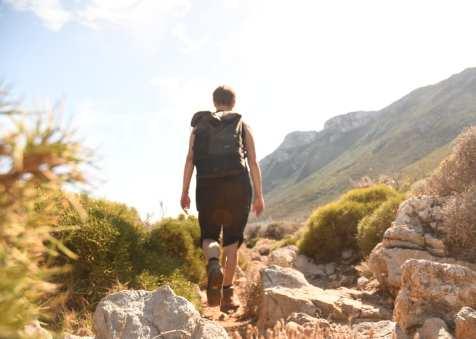 Frau auf Wanderweg im Mittelmeerraum
