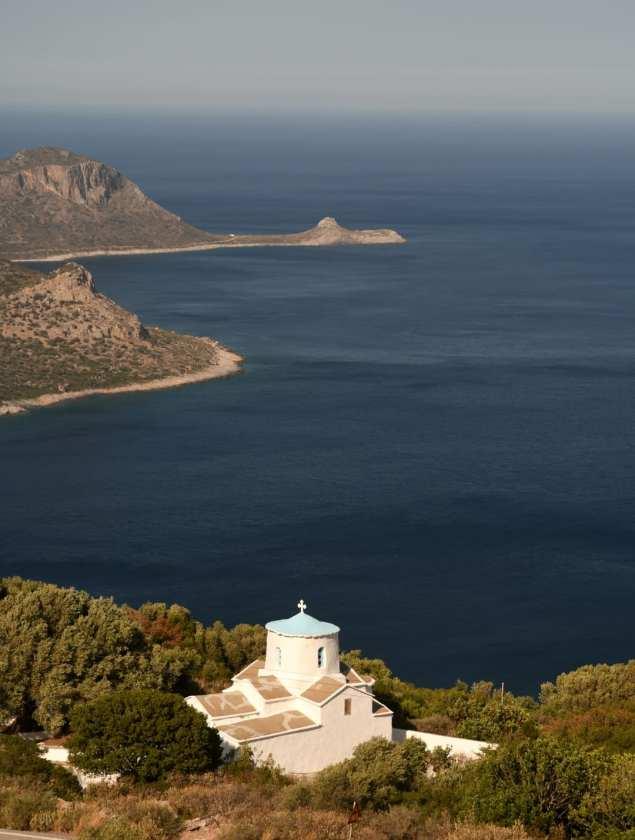 Weiße Kirche vor blauem Meer