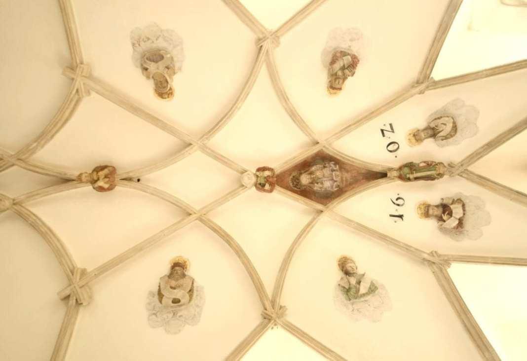 Kreuzrippengewölbe mit Reliefs von Köpfen