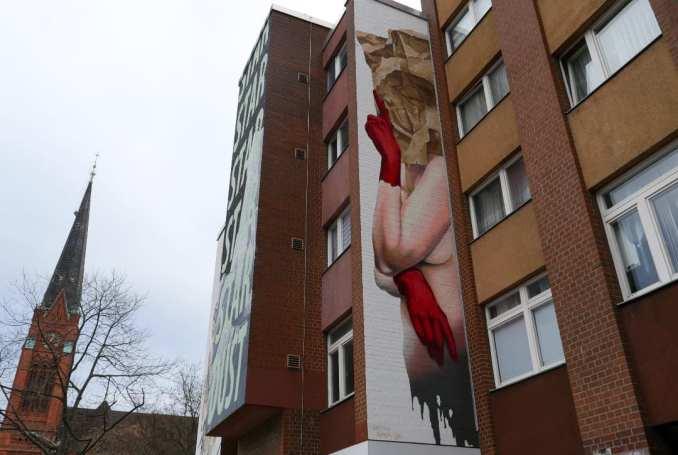 Mural Frau mit Papiertüte