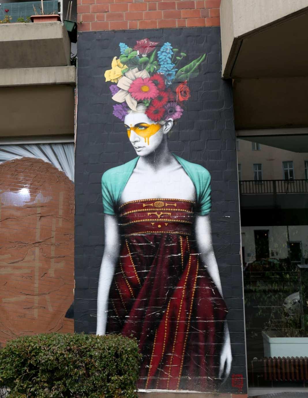 Mural Frau mit Maske und Blumenperücke
