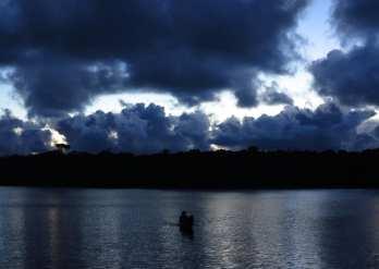 Boot nachts auf einem See