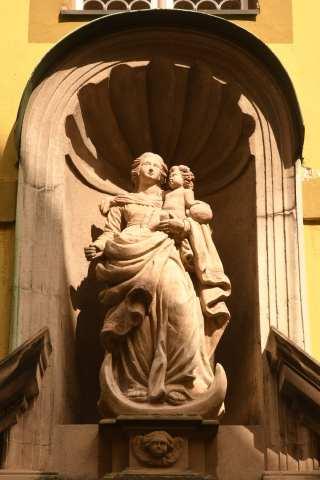 Madonna mit Kind in Nische