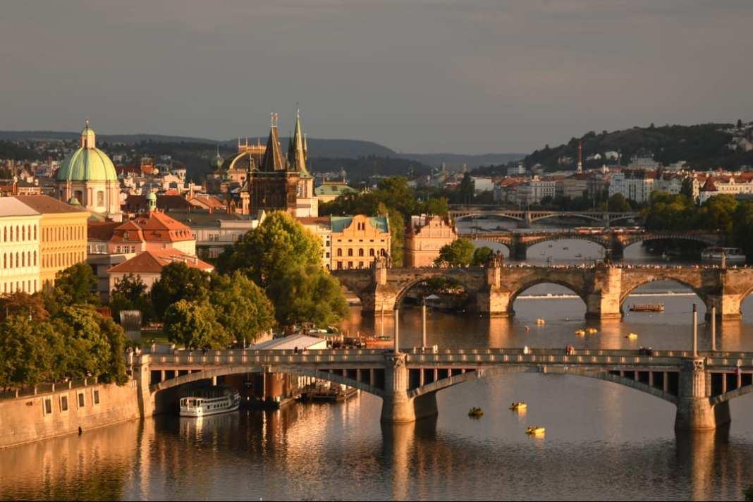 Blick auf Brücken einer schönen Stadt