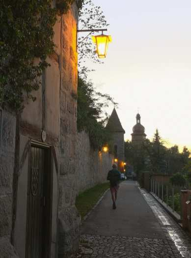 Stadtmauer mit Laterne