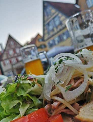 Bier und Wurstsalat vor Fachwerkkulisse