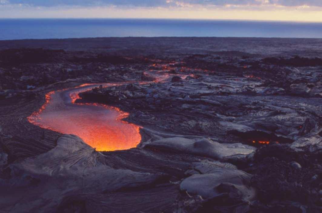 Fließende rote Lava auf schwarzem Untergrund