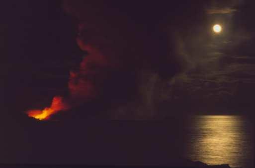 Glühende Lava fließt ins Meer