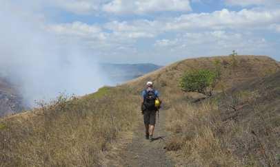 Wanderweg dampfender Vulkankrater
