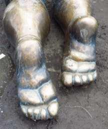 Füße eines Babys Metallskulptur
