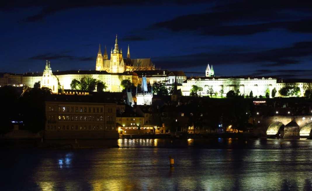 Burg und Brücke bei Nacht