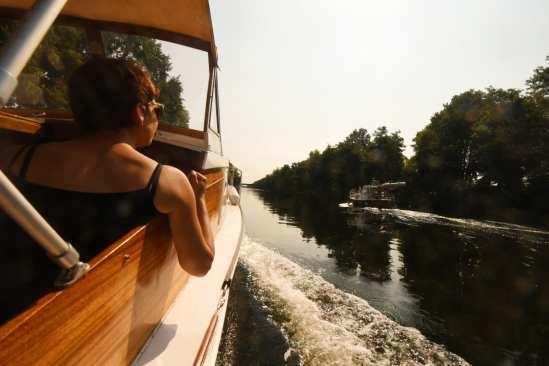 Holzboot auf einem Fluss