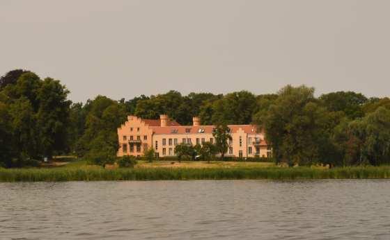Neugotisches Schloss am Ufer eines Sees