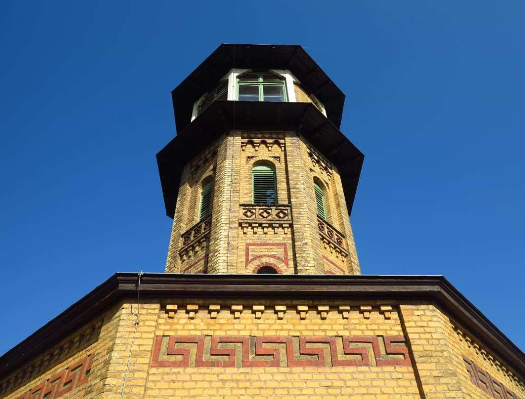 Turm eines Backsteinbaus