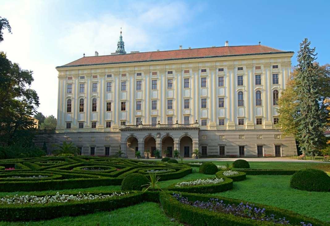 Prächtiges Schloss samt Gartn