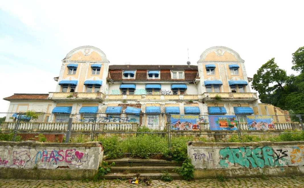 Ruine eines Hotels mit blauen Markisen