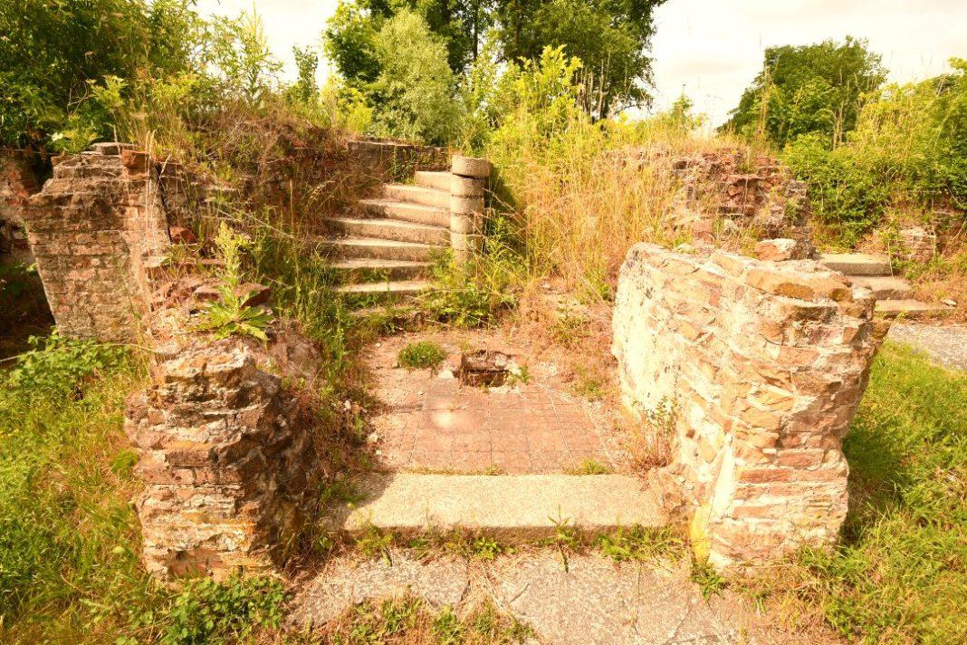Treppenaufgang einer Häuserruine