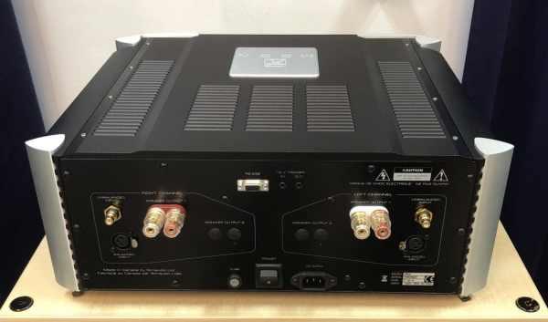 Moon 860A è un amplificatore finale stereofonico vista posteriore