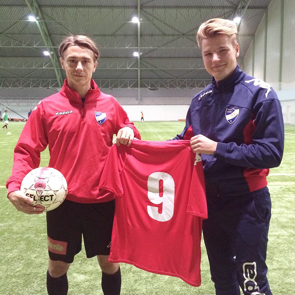 Pekka Sihvola #9 ja IFK:n urheilutoimenjohtaja Henri Määttä astelivat tyytyväisenä median eteen.