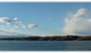 左側は、晴れ、右側は寒波雲