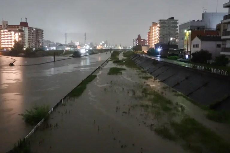 一時は東淀川区内に避難準備情報も発令!大雨の影響で安威川の水位が上昇し、通路が冠水しています。