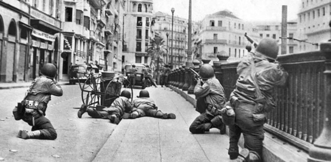 Dans Alger au cours de l'opération TORCH en novembre 1942,, des défenseurs français positionnés en hauteur fixent une section de fantassins américains