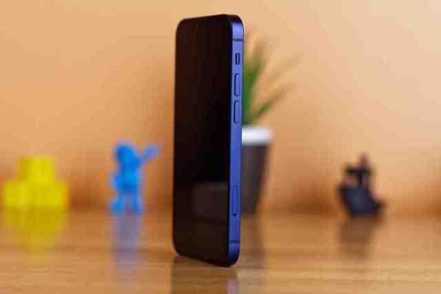 Pourquoi l'iPhone 12 est vendu sans chargeur ?