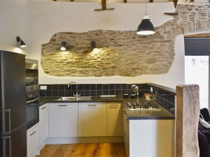 Higher Patchole Holiday Cottages - Threshing Barn kitchen