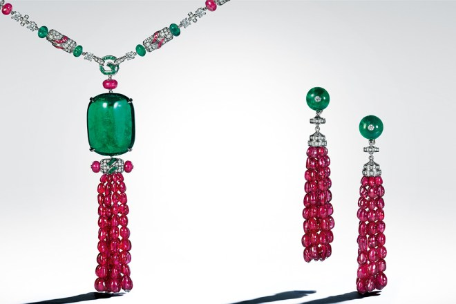 ira: Persia attended the banquet of Lira, whose spectacular 86.11-carat emerald, originally from Zambia, belonged to an ancient parure. Cut in two to obtain this takhti cut, it is the muse of this platinum necklace containing 58 emeralds (2.19 ct), 50 polished rubies (2.73 ct), and a magnificent 91 round spinels (122.53 ct) – whose cerise colour is the rarest in the mineral world.