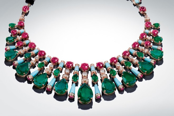 Odissi: The original layout of these stones began in Jaipur, with the discovery of a sublime emerald originally from Zambia – now at the centre of the necklace. Nineteen others were needed, sourced from throughout the world, and re-cut to obtain this regal piece: featuring 9 pear emeralds (80.20 ct), 13 other pear-cut emeralds in the second row (16.83 ct), 37 round cabochon spinels, 26 turquoises, while 9 brilliant-cut diamonds and pavé-diamonds (8.88 ct) dance on yellow gold.