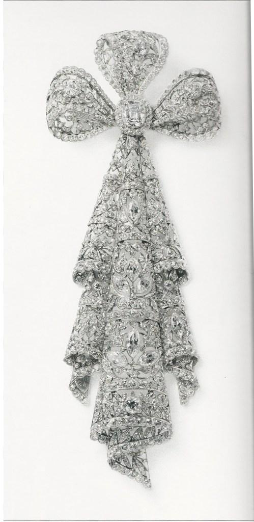 Broche noeud dentelle, Cartier Paris 1906, platine, or, diamants de forme coussin, taille marquise, ronds taille rose et ancienne, serti millegrain et serti clos. Le grand motif se détache. Vendu à sir Ernest Cassel.