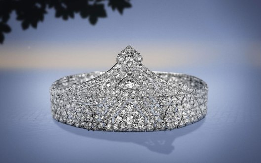 1923: Composed of cushion-cut diamonds and round old-cut diamonds. Mounted on platinum, this bandeau can be disassembled to form two bracelets.