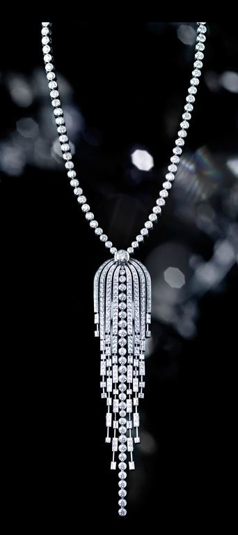 Necklace in 18k white gold and diamonds.