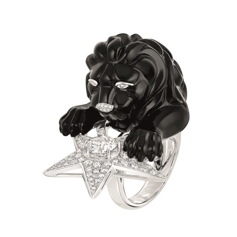 "Les Intemporels de Chanel. ""Constellation du Lion"" ring in 18K white gold set with a 1.5-carat brilliant-cut diamond, 142 brilliant-cut diamonds for a total weight of 1.9 carat and carved onyx."