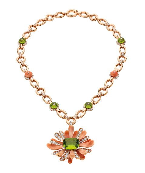 High Jewellery necklace (convertible in brooch) in pink gold and coral elements with 1 cushion peridot (15.50 ct), peridot beads (18.44 ct) and pavé diamonds (8.66 ct).