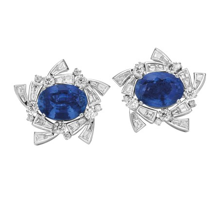 High Jewellery earrings in white gold with 1 blue Sri Lanka sapphire (11.12 ct), 1 blue Madagascar sapphire (10.08 ct), round brilliant cut diamonds (2.28 ct) and baguette diamonds (3.61 ct).