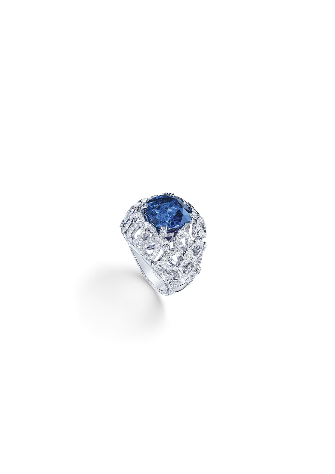 Ring in 18K white gold set with 1 cushion-cut blue sapphire (approx. 7.04 cts) and 386 brilliant-cut diamonds (approx. 1.96 cts).