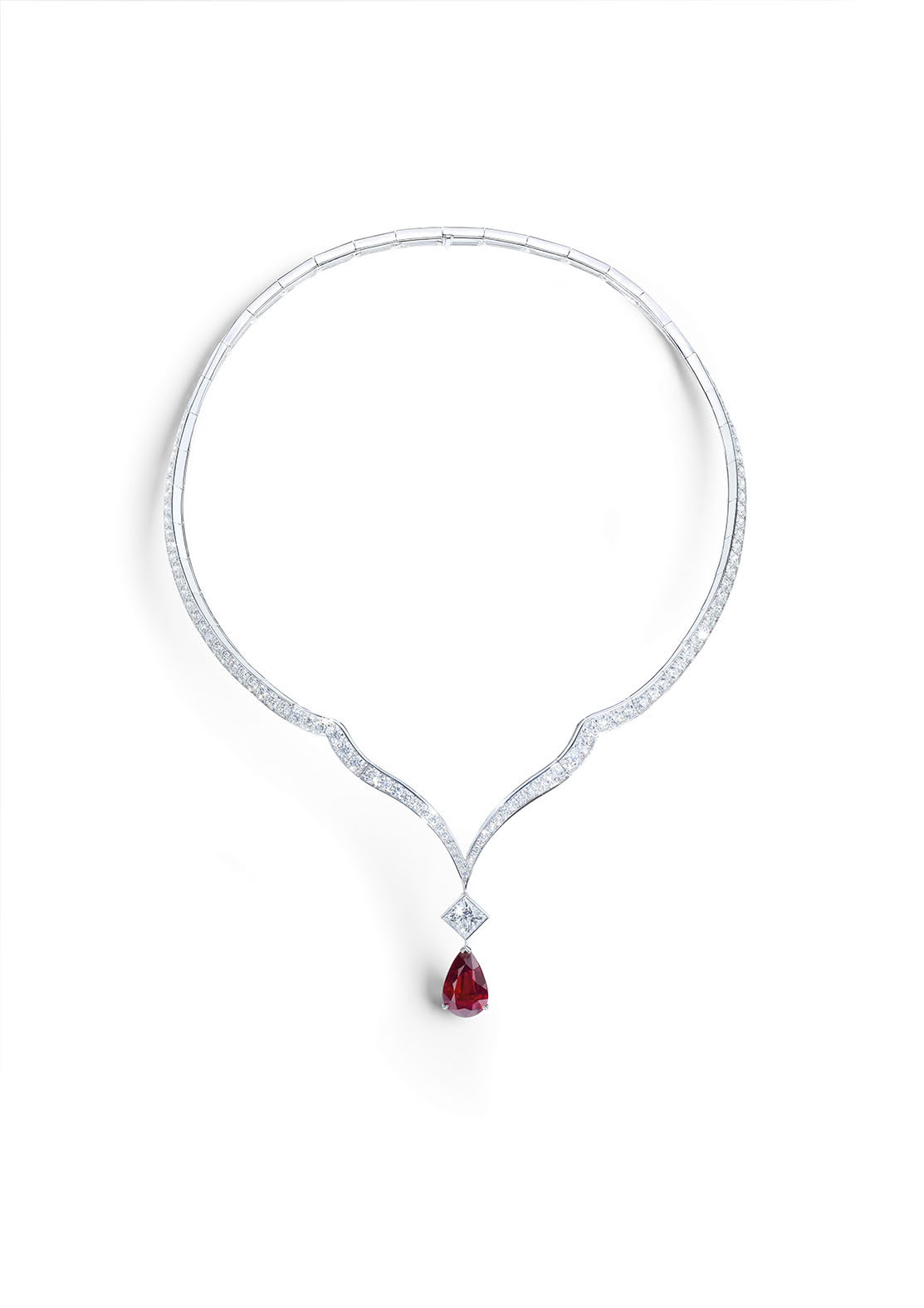 Necklace in 18K white gold set with 1 pear-shaped ruby (approx. 7.01 cts), 1 princess-cut diamond (approx. 1.73 cts) and 143 brilliant-cut diamonds (approx. 12.84 cts).
