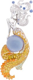 Fée des Mers Clip. White gold, yellow gold, round and rose-cut diamonds, blue and yellow sapphires, spessartite and grossular garnets, cabochon-cut chalcedony of 23.64 carats.