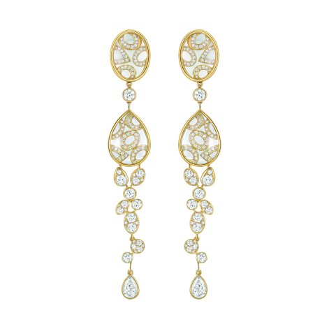"""Magnétique"" earrings in 18K yellow gold set with 2 pear-cut diamonds for a total weight of 1 carat, 190 brilliant-cut diamonds for a total weight of 3.6 carats and 8 carved crystals for a total weight of 20.6 carats. CHANEL Joaillerie"
