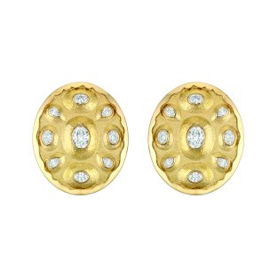 """""""Solaire"""" earrings in 18K yellow gold set with 10 oval-cut diamonds for a total weight of 2 carats and 8 pear-cut diamonds. CHANEL Joaillerie"""