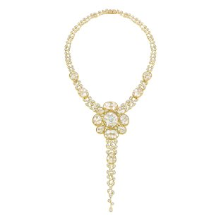 """""""Magnétique"""" necklace in 18K yellow gold set with a 1.5-carat oval-cut diamond, 1151 brilliant-cut diamonds for a total weight of 21.2 carats and 28 cabochon-cut crystals for a total weight of 101 carats. CHANEL Joaillerie"""