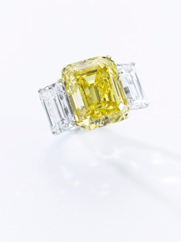 "Fancy Vivid အဝါရောင်စိန်လက်စွပ် - ၂၂.၄၃ ကာရက်အလေးချိန်ရှိသည့်ထူးခြားသောအဝါရောင်စိန်လက်စွပ်။ VS22.43 Clarity ဖြင့် GIA မှ"" Fancy Vivid Yellow"" ကိုအဆင့်အတန်းခွဲခြားသတ်မှတ်ထားသည်။ $ 2-1,300,000 ခန့်မှန်း။"