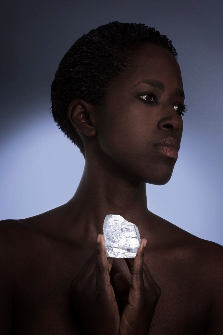 model poses with the 476 carat meya prosperity rough diamond ©donald woo...