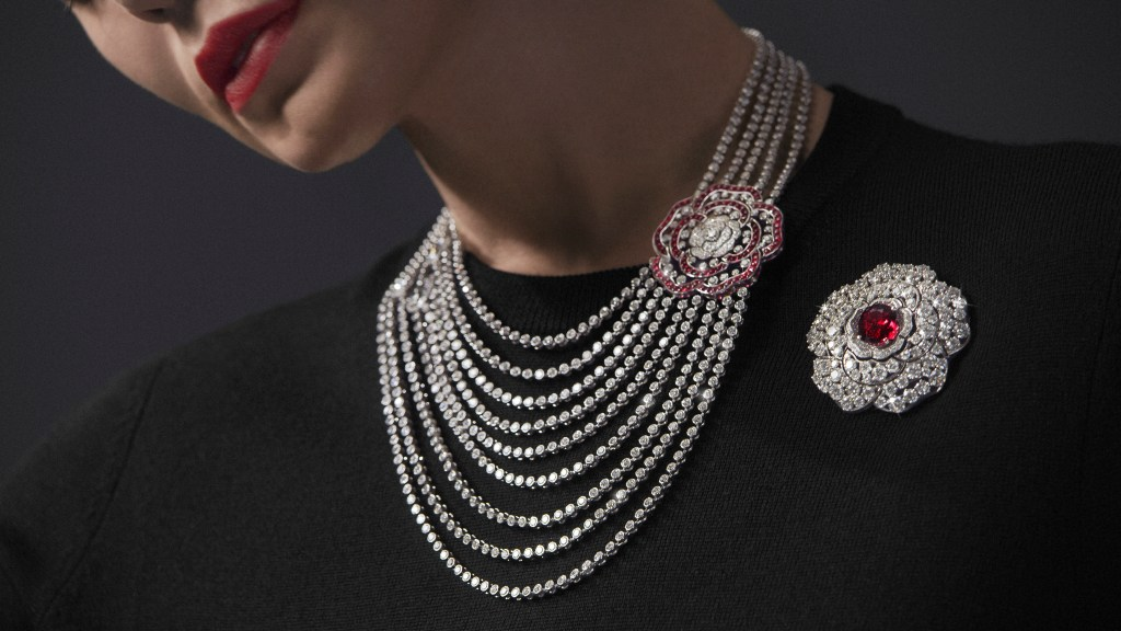 Chanel 1.5 - 1 Camélia, 5 Allures - Rouge Incandescent Necklace