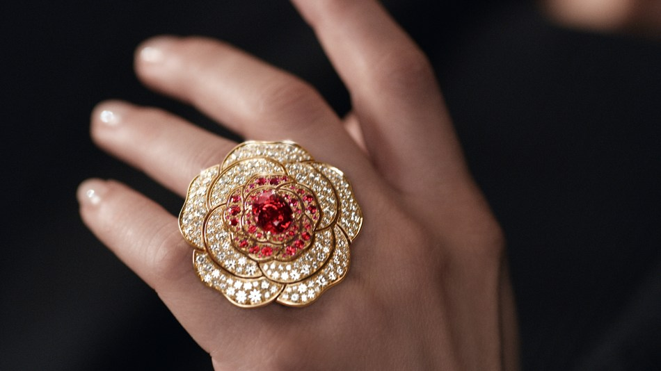 Chanel 1.5 - 1 Camélia, 5 Allures high jewellery collection. Rouge Tentation Ring