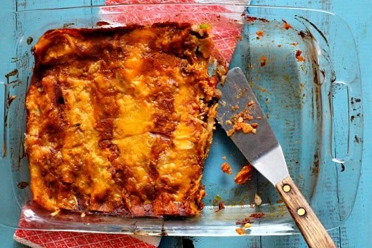 How to make ground beef Mexican enchiladas with red chile sauce.